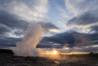 kleine Eruption des Strokkur Geysirs im ersten Morgenlicht