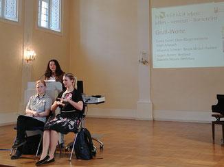 Das Foto zeigt die Oberbürgermeisterin am Rednerpult. Davor sitzen 2 Gebärdensprach-Dolmetscherinnen.