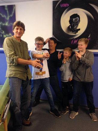 Karl Sagemann (links) und Marcel Kotrc (mittig) mit einigen Jungs aus der AG - Foto: lou