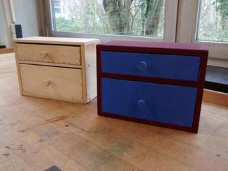 Kleine Kommode oder Kästchen aus Holz. Mit zwei Schubladen. Zur Aufbewahrung von Schminkutensilien oder anderen kleinen Dingen.