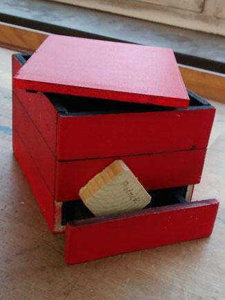 Kleine Utensilienbox oder Schatzkiste. Kleine, wichtige Schätze kommen hier rein. Ein ausziehbares Geheimfach, das sich automatisch wieder schließt.
