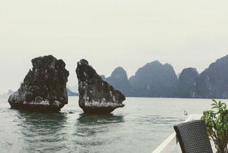Blick vom Schiff auf das Wahrzeichen der Halong Bucht – die kämpfende Hähne