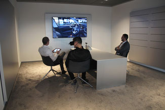 Igor Krauberger (Audi Markenverantwortlicher) und Stefan Köhler (Audi Verkaufsberater) während einer Fahrzeugkonfiguration mit einem Kunden. Fotograf: Hannah Madry, Fischer Automobile GmbH