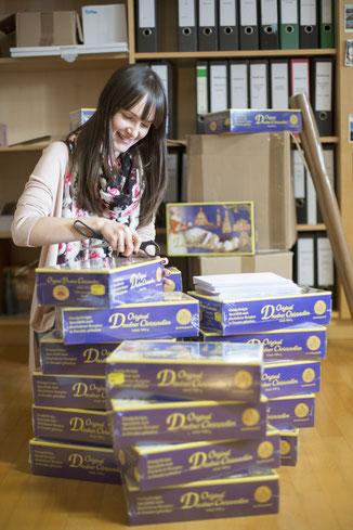 Julia Bader, Mitarbeiterin des Referats Weltkirche der Diözese Eichstätt, verpackt 67 Päckchen mit Original Dresdner Christstollen für die missionarischen Kräfte in 19 Ländern.