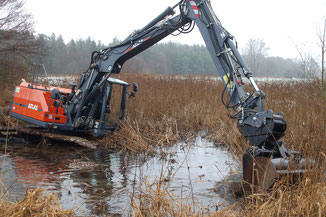 In sechs Stunden Arbeit hat der Bagger benötigt, um die Teich wieder herzustellen. (Foto: NABU R. Meyer,
