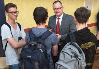 Klemens Kowalski im anschließenden Gespräch mit Schülern. - Foto: Wisser (Tageblatt)