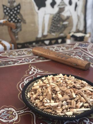 Panière en rafia marocaine; jeu d'awalé africain