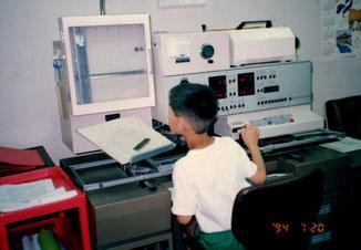 写植機に向かって仕事のマネをする次男。まだこんなに小さかった頃ですね。