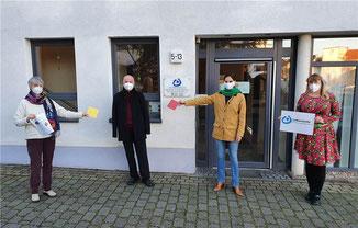 Eine Kachel überreichten Karin Friele (links) und Nicole Falkenstein-Seifen (rechts) als symbolischen Dank für die Spende der FDP-Vertreter im Kreis, Ulrich van Bebber und Christina Steinhausen.