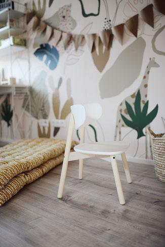 Schlichte weiße Möbel in einem Dschungelzimmer