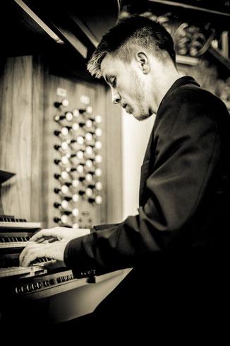 Lukas Storch an der Orgel 1