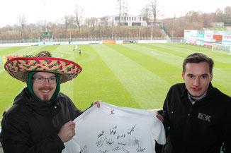 Trikotübergabe im Wiehenstadion beim Spiel gegen Straelen
