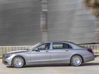 Der Mercedes-Maybach S 600 ist die luxuriöse Version der S-Klasse. Die beiden Modelle unterscheiden sich äußerlich nicht sehr stark. Foto: Mercedes