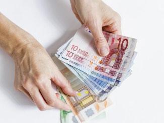 Manche Banken haben zu Unrecht Kreditgebühren verlangt. Verbraucher können diese zurückfordern. Foto: Monique Wüstenhagen