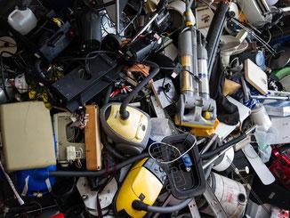 Fast neu und schon ein Fall für den Schrotthaufen? Verbraucher beklagen, dass manche Produkte nicht lange halten. Foto: Maja Hitij