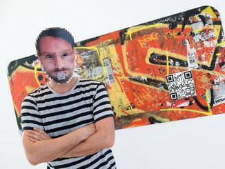 Der Berliner Sprayer Sweza ist bei der Ausstellung vertreten. Er klebt Fliesen mit einem QR-Code auf Graffitis, so dass sich am Smartphone auch frühere Versionen des Werkes finden lassen. Foto: Boris Roessler