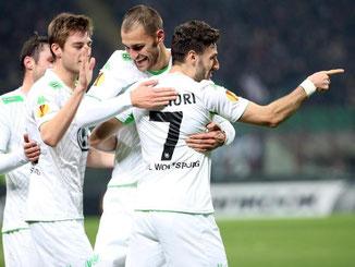 Die Spieler vom VfL Wolfsburg haben es ins Viertelfinale der Europa League geschafft. Foto: Matteo Bazzi