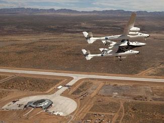 """Das Raumschiff """"SpaceShipTwo"""" angedockt am Trägerflugzeug """"WhiteKnightTwo"""" über dem Spaceport America in New Mexico. Foto: Mark Greenberg"""