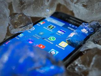 Hitze setzt Smartphones zu. Vom kühlenden Eiswürfelbad raten Experten allerdings ab. Foto: Andrea Warnecke
