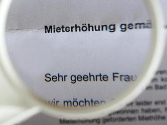 Ungeliebte Post vom Vermieter: Ankündigung einer Mieterhöhung. Foto: Jens Kalaene