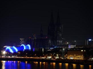 """Der normalerweise beleuchtete Kölner Dom erscheint letztes Jahr während der """"Earth Hour"""" als dunkler Fleck in der Silhouette der Stadt. Foto: Henning Kaiser"""