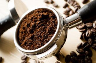 Siebträger einer Espressomaschine mit Espressopulver gefüllt
