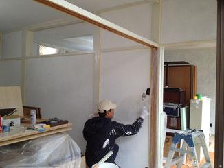 しっくいを塗る塗装屋さん。