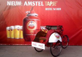 Reclamebord voorop de riksja voor het tapje van Amstel