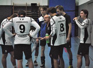 Trainer Kuno Kühner (Mitte) versuchte sein Team in den Pausen immer wieder aufs Neue zu motivieren