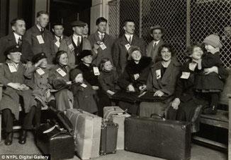 Llegada de personas europeas a la isla de Ellis (Lewis Hine)
