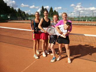 Finale im Damendoppel: Carolin, Sarah, Lena, Sabine und Nils