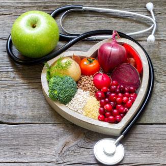 Obst und Gemüse neben einem Stetoskop