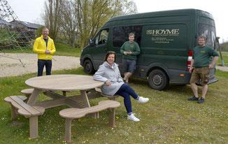 Freuen sich über das neue Kurpark-Mobiliar: Nikolas Häckel, Maren Ehmke, Jan-Luka Thevagt und Marwin Dose (v.l.) Fotos: Deppe