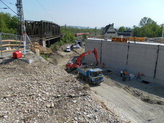 Kontrolle der hydraulischen Verschiebung einer neben der Sollposition fertiggestellten Eisenbrücke auf die endgültige Lage
