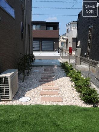 人工芝、コンクリート平板、化粧砂利、雑草防止シート(ザバーン240)、施工例