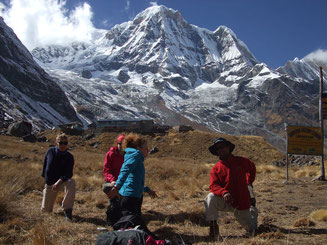 Annapurna Yoga Trek in Nepal, Stretching im Annapurna Basislager; Yoga Holidays in Nepal, Yoga Trekking in Nepal