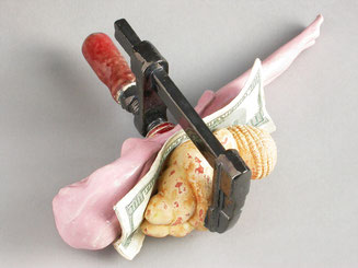 Eine Schraubzwinge aus gebranntem Ton hält die Barbie und Venus zusammen. Dazwischen klemmt eine Dollarnote