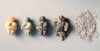 Reihe mit 5 Venus von Willendorf im zunehmenden Zerfall bis nur noch Staub übrig ist