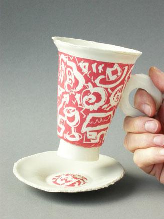 Serie von hohen, konischen Tasse aus Porzellan in Plattentechnik gebaut mit Pinselmalerei, weiss auf leuchtend farbigem Grund. vergoldetem Boden und dazupassender Unteasse