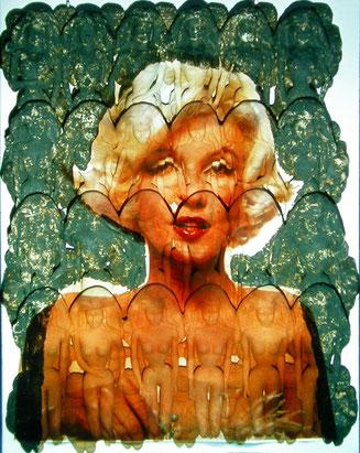 Keramik-Objekt mit dem Foto von Marilyn projiziert auf einer Schicht von 24 Barbies die auf einer Schicht von Venus-Figuren montiert sind