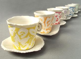 Serie von Espressotassen mit Untertasse und unkonventionellem Griff mit satt farbiger Pinselmalerei