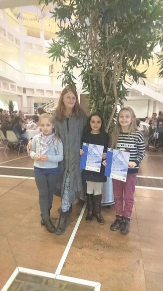 Schulleiterin Kirsten Laroussi mit (vl) Lida, Malak und Sara.