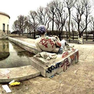 Statue souillée de tags