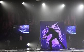 erik black réalise un speed painting sur scène