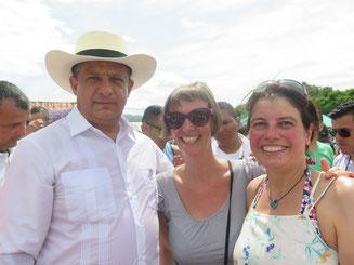 ...und besagter Präsident mit wild grinsenden Touristinnen! Stina und Jonas fanden das Ganze etwas peinlich.