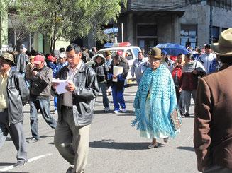 Eine Cholita auf einer Demonstration gegen die Regierung