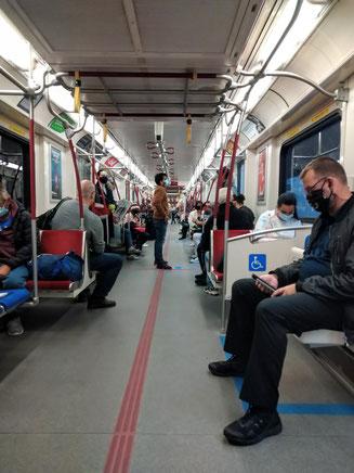 「10月に入っても通勤時間の地下鉄は以前の半分以下の混み方」