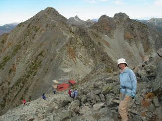 穂高岳山荘からの急登を終え振り返ると涸沢岳、槍、北穂