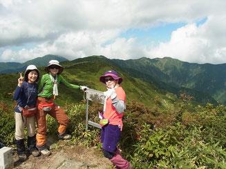 黒岩山(1,623.6m)にて。ここより本格的なアップダウン