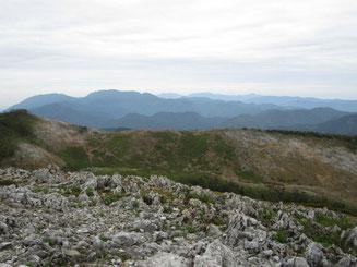 現在の山頂から望む最高点から西南尾根あたり。剥げた山肌が痛ましい。